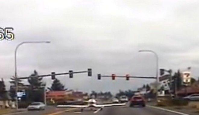Αεροσκάφος προσγειώθηκε σε αυτοκινητόδρομο γεμάτο οχήματα