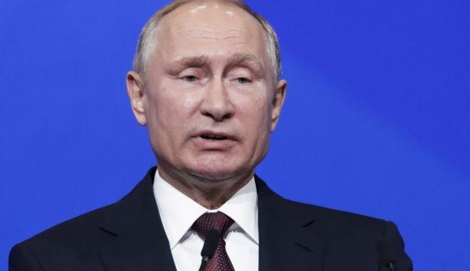 Ο Ρώσος πρόεδρος Βλάντιμιρ Πούτιν στο Διεθνές Οικονομικό Φόρουμ στην Αγία Πετρούπολη.