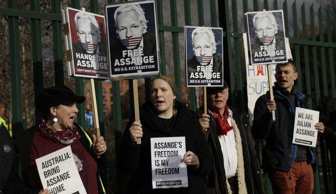 Υποστηρικτές του Τζούλιαν Ασάνζ έξω από το δικαστήριο όπου εκδικάζεται το αίτημα των ΗΠΑ για έκδοσή του