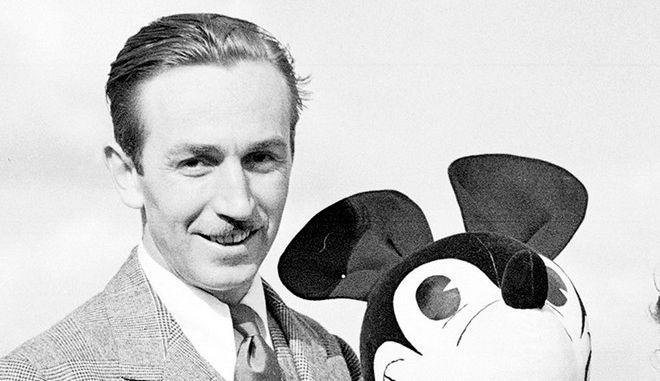 O Walt Disney ποζάρει μαζί με ένα λούτρινο της διάσημης δημιουργίας του, του Mickey Mouse
