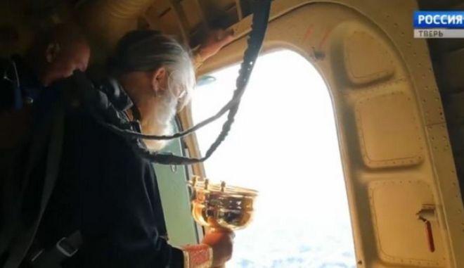 """Ιερείς σε αεροπλάνο πετούν αγιασμό για να εξαγνίσουν πόλη από """"μεθύσια και πορνεία"""""""