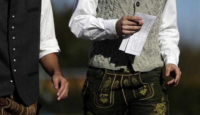Νεαροί γερμανοί ψηφοφόροι, ντυμένοι με παραδοσιακές στολές Βαυαρίας, προσέρχονται στις κάλπες