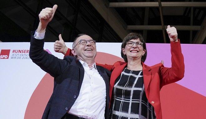 Η νέα ηγεσία του SPD Νόρμπερτ Βάλτερ - Μπόργιανς και Σάσκια Έσκεν μετά την ανακοίνωση των αποτελεσμάτων της σχετικής ψηφοφορίας