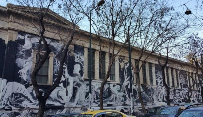 Τεράστιο γκράφιτι κάλυψε το ιστορικό κτίριο του Πολυτεχνείου