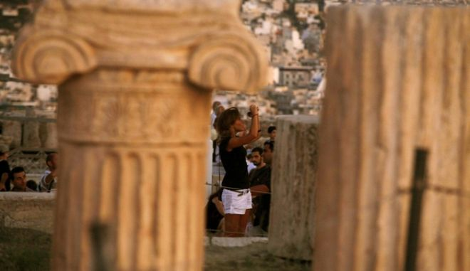 Τουρίστες στον Βράχο της Ακρόπλης σε στιγμιότυπο απο ένα Αυγουστιάτικο σούρουπο (EUROKINISSI / ΧΑΣΙΑΛΗΣ ΒΑΪΟΣ)