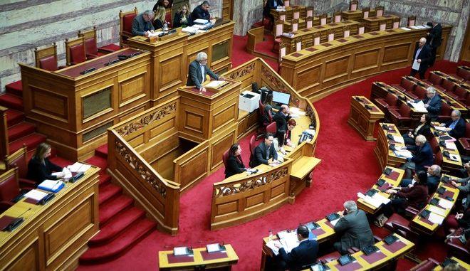Στιγμιότυπο από τη συζήτηση των άρθρων και του συνόλου του σχεδίου νόμου για την ενδυνάμωση του ΑΣΕΠ στην Ολομέλεια της Βουλής