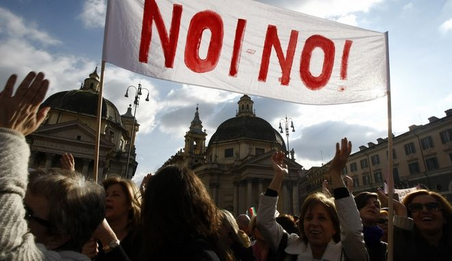 Διαμαρτυρία γυναικών στη Ρώμη κατά του Σίλβιο Μπερλουσκόνι μετά την αποκάλυψη ότι ο πρώην πρωθυπουργός της Ιταλίας φέρεται να πλήρωσε 17χρονη για ερωτικές υπηρεσίες