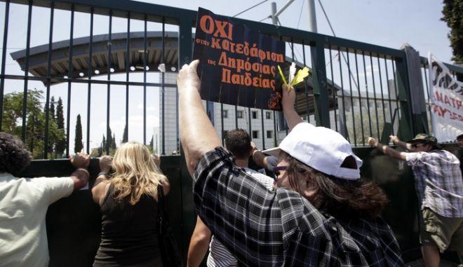 Συλλαλητήριο εκπαιδευτικών στο υπουργείο Παιδείας την Τετάρτη 10 Ιουλίου 2013, ενάντια στη διαθεσιμότητα, τις μετατάξεις και τις απολύσεις από την δημόσια εκπαίδευση. Οι εκπαιδευτικοί συγκεντρώθηκαν μπροστά στο υπουργείο στο Μαρούσι, εκφράζοντας την εναντίωση τους στα μέτρα της κυβέρνησης. (EUROKINISSI/ΓΕΩΡΓΙΑ ΠΑΝΑΓΟΠΟΥΛΟΥ)