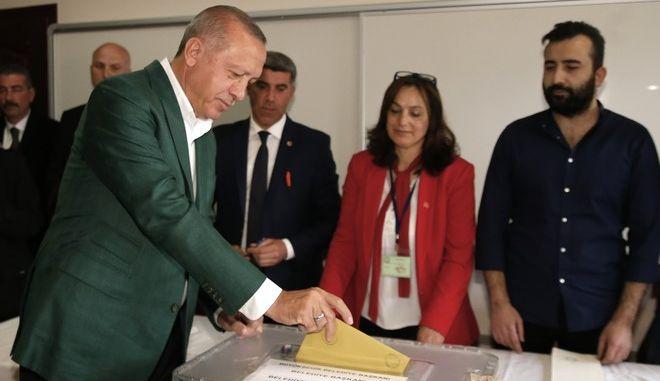 Ο Ρετζέπ Ταγίπ Ερντογάν ψήφισε στις δημοτικές εκλογές σε ένα σχολείο στη συνοικία Ουσκουντάρ της Κωνσταντινούπολης
