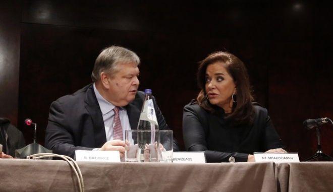 Βουλή: Βενιζέλος και Ντόρα υπέρ της αναδοχής από ομόφυλα ζευγάρια