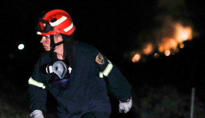 Πυροσβέστης σε κατάσβεση φωτιάς (Αρχείο)
