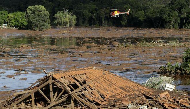 Διασωστικό ελικόπτερο ψάχνει για επιζόντες σε πλημμυρισμένη περιοχή της Βραζιλίας, μετά την κατάρρευση φράγματος