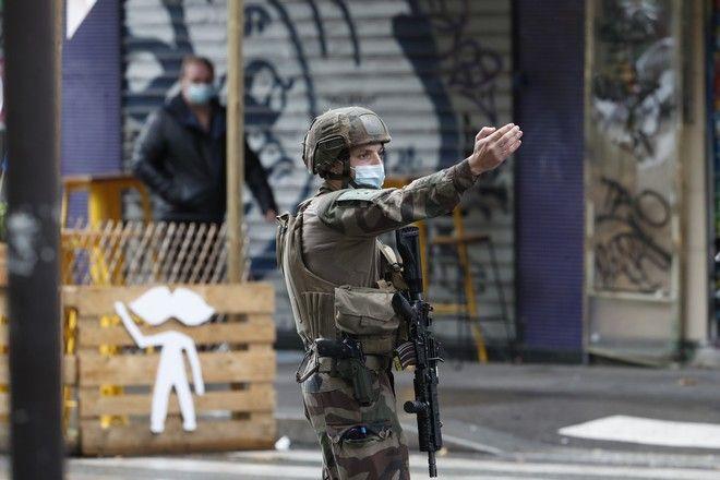 Γάλλος στρατιώτης στο σημείο της επίθεσης κοντά στα παλιά γραφεία του Charlie Hebdo,που είχε ως αποτέλεσμα τον τραυματισμό 4 ανθρώπων.