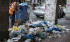 Υπάλληλος του δήμου φροντίζει για τη συλλογή απορριμμάτων