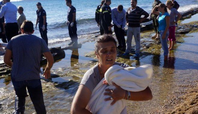 Αποβίβαση των 190 προσφύγων από πλοίο που προσάραξε στην παραλία του Ζέφυρου στην Ρόδο την Δευτέρα 2 Νοεμβρίου 2015. (EUROKINISSI/RODOSPRESS.GR/ΑΡΓΥΡΗΣ ΜΑΝΤΙΚΟΣ)