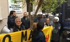 Πλειστηριασμοί: Ένταση και χημικά έξω από συμβολαιογραφείο στη Σκουφά