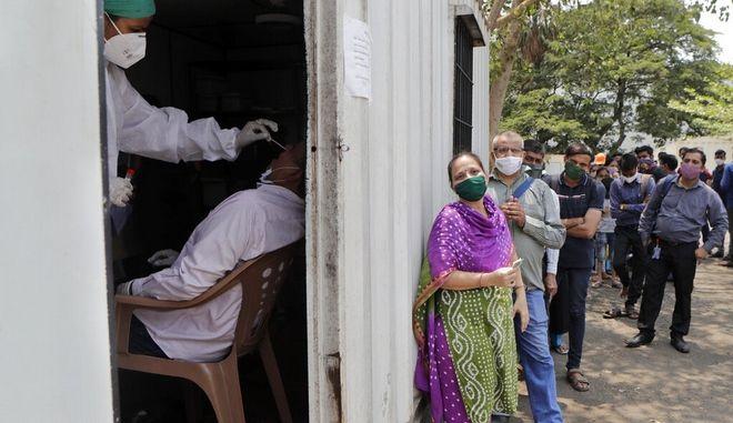 Ινδία: Στην ουρά για τεστ κορονοϊού