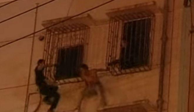 Βίντεο: Νίντζα αστυνομικός σώζει άνδρα που προσπαθεί να αυτοκτονήσει