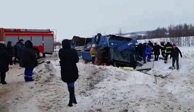 Στιγμιότυπο από το σημείο που ανατράπηκε το λεωφορείο γεμάτο παιδιά