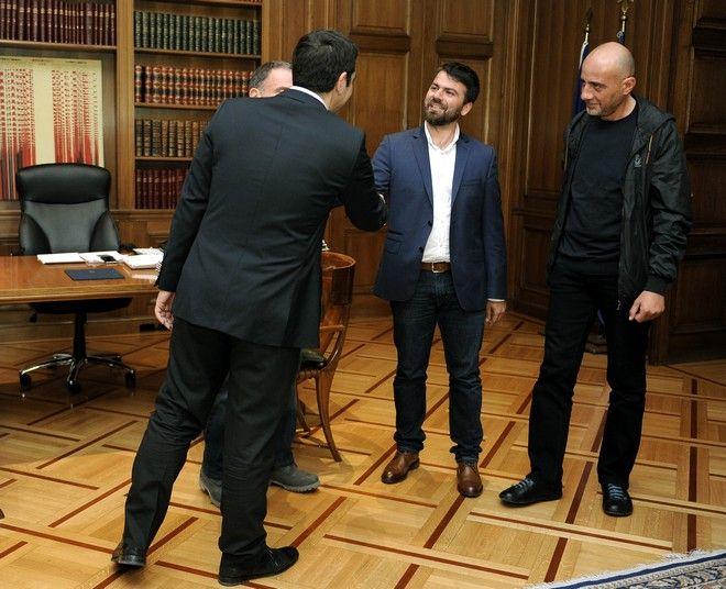 Ο Πρωθυπουργός Αλέξης Τσίπρας,δέχθηκε σήμερα στο γραφείο του τους τρείς Έλληνες φωτορεπόρτερ του πρακτορείου Reuters Γιάννη Μπέχράκη,Άλκη Κωνσταντινίδη και Αλέξανδρο Αβραμίδη,που τιμήθηκαν με το βραβείο Πούλιτζερ για την κάλυψή τους στην προσφυγική κρίση στην Ελλάδα,Μ.Τετάρτη 27 Απριλίου 2016 (EUROKINISSI /ΤΑΤΙΑΝΑ ΜΠΟΛΑΡΗ)