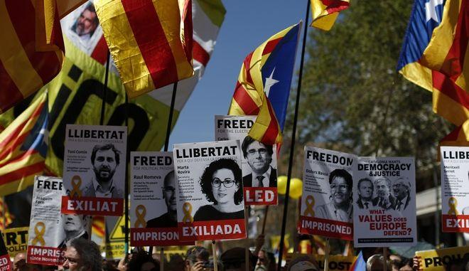 Κρατώντας σημαίες της ανεξαρτησίας χιλιάδες Καταλανοί βγήκαν στους δρόμους της Βαρκελώνης ζητώντας την αποφυλάκιση εννέα αυτονομιστών πολιτικών