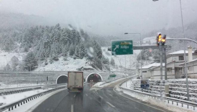 Πλημμύρες στην Κορινθία, ανεμοστρόβιλος στην Ηλεία, χιόνια στη Μακεδονία