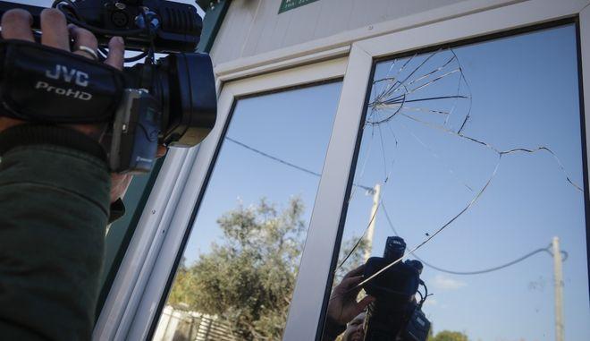 Χειροβομβίδα εντοπίστηκε έξω από το σπίτι του εκδότη Νίκου Καραμανλή (Ν.Κ. Media Group) στα Βριλήσσια, τα ξημερώματα της Τετάρτης 6 Δεκεμβρίου 2017. Σύμφωνα με τις πρώτες πληροφορίες από την αστυνομία, η χειροβομβίδα ήταν αμυντικού τύπου και βρέθηκε με την περόνη. Τους αστυνομικούς ενημέρωσε ο ίδιος ο εκδότης. Στις έρευνες συμμετέχει και η αντιτρομοκρατική υπηρεσία ενώ την χειροβομβίδα απομάκρυναν άνδρες του τμήματος εξουδετέρωσης εκρηκτικών μηχανισμών.  (EUROKINISSI/ΓΙΑΝΝΗΣ ΠΑΝΑΓΟΠΟΥΛΟΣ)