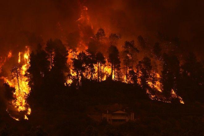 Στις φλόγες το χωριό Γούβες στην Εύβοια