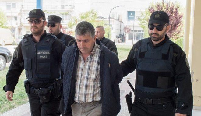 Ο 38χρονος Τούρκος Μουσά Αλερίκ οδηγείται από αστυνομικούς στα δικστήρια Ορεστιάδας την Πέμπτη 3 Μαΐου 2018