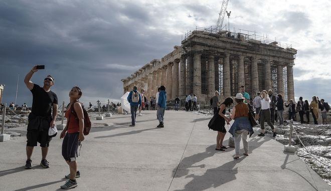 Τουρίστες στην Ακρόπολη