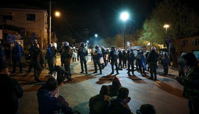 Ένταση και χημικά τα ξημερώματα στο λιμάνι της Μυτιλήνης,μεταξύ αστυνομίας και κατοίκων που προσπάθησαν να εμποδίσουν τις αστυνομικές δυνάμεις που έφτασαν στο νησί να αποβιβαστούν