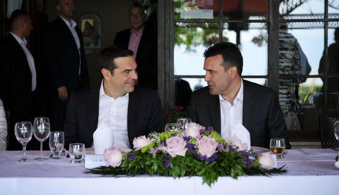 Υπογραφή της συμφωνίας για την ονομασία της πΓΔΜ από τους Υπουργούς Εξωτερικών της Ελλάδας και της πΓΔΜ, Νίκο Κοτζιά και Νικολά Ντιμιτρόφ και τον Ειδικό Διαμεσολαβητή του ΟΗΕ, Μάθιου Νίμιτς, την Κυριακή 17 Ιουνίου 2018