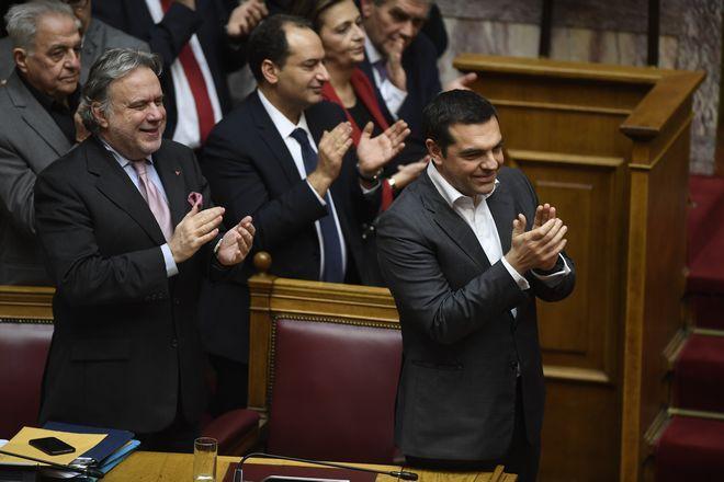 Ο πρωθυπουργός Αλέξης Τσίπρας, ο Αναπληρωτής ΥΠΕΞ, Γιώργος Κατρούγκαλος και μέλη του Υπουργικού Συμβουλίου χειροκροτούν μεσώ μόλις ανακοινώνεται το αποτέλεσμα της ονομαστικής ψηφοφορίας στην Ελληνική Βουλή για τη συμφωνία των Πρεσπών.