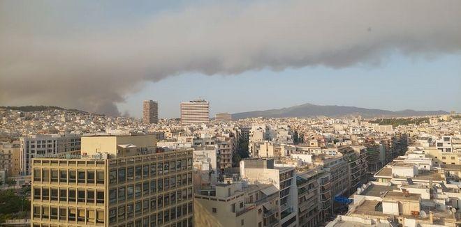 Η φωτιά στην Βαρυμπόμπη όπως φαίνεται από τον Πύργο των Αθηνών