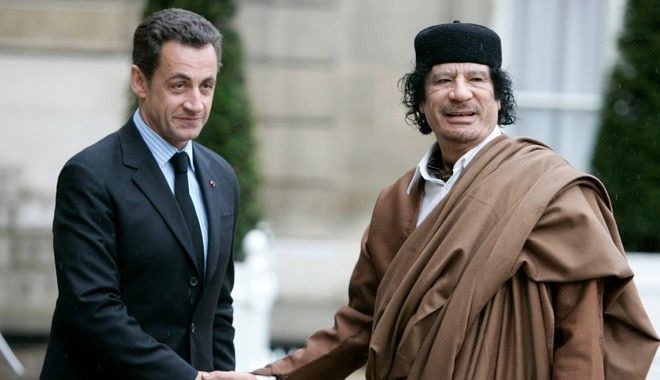 O Σαρκοζί με τον Γκαντάφι, στις 10/12 του 2007 σε επίσκεψη του τελευταίου στα Ηλύσια Πεδία.