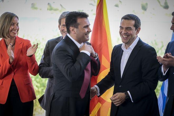 Υπογραφή της συμφωνίας για την ονομασία της πΓΔΜ από τους Υπουργούς Εξωτερικών της Ελλάδας και της πΓΔΜ, Νίκο Κοτζιά και Νικολά Ντιμιτρόφ και τον Ειδικό Διαμεσολαβητή του ΟΗΕ, Μάθιου Νίμιτς, την Κυριακή 17 Ιουνίου 2018. (EUROKINISSI/ΓΙΩΡΓΟΣ ΚΟΝΤΑΡΙΝΗΣ)