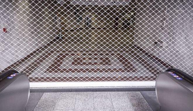 Κατεβασμένα ρολά σε σταθμό του Μετρό