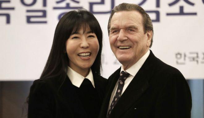 Ο πρώην καγκελάριος Γκέρχαρντ Σρέντερ και η σύντροφός του Κιμ Σο-γεον