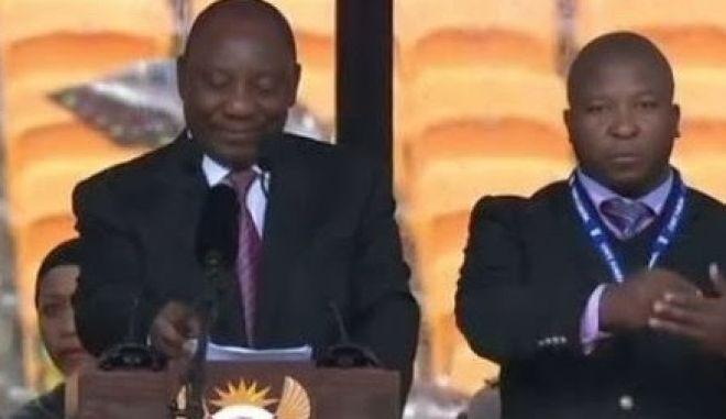 Ο διερμηνέας-απατεώνας στη τελετή του Μαντέλα είχε κατηγορηθεί για φόνο στο παρελθόν