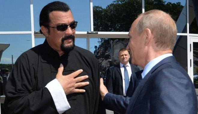 Ο Πούτιν δίνει ρωσική υπηκοότητα στον Στίβεν Σιγκάλ