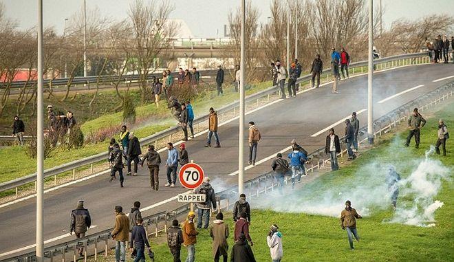 Επιδρομή εκατοντάδων μεταναστών στη σήραγγα της Μάγχης
