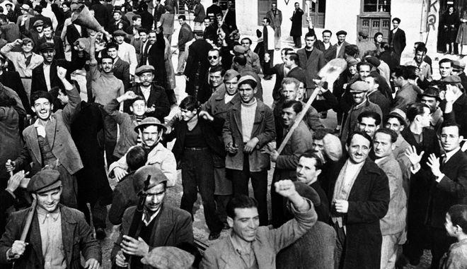 Οπλισμένα μέλη του ΕΛΑΣ στον Πειραιά τον Δεκέμβριο του 1944
