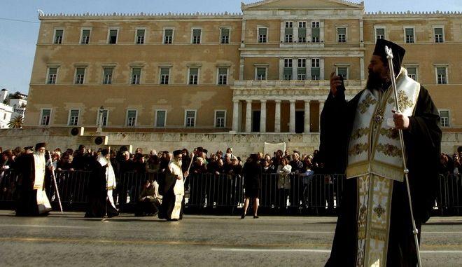 Ιερείς στη Βουλή
