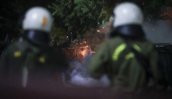 Επίθεση με μολότοφ τα ξημερώματα στα ΜΑΤ στην Χαριλάου Τρικούπη