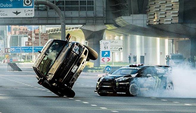 Ο Ken Block τα σπάει στο Ντουμπάι και 'ντριφτάρει' κινούμενο αεροπλάνο