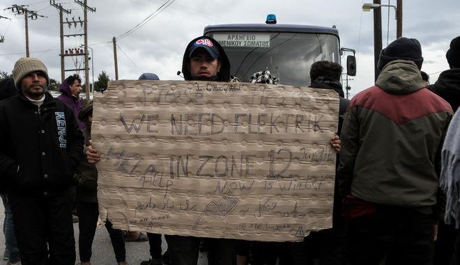 Διαμαρτυρία προσφύγων και μεταναστών στην κεντρική είσοδο του Κέντρου Υποδοχής της Μόριας διεκδικώντας καλύτερες συνθήκες διαβίωσης.