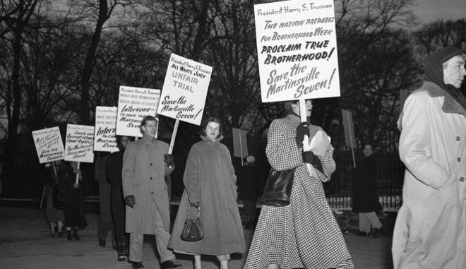 Διαδηλωτές έξω από τον Λευκό Οίκο, 30 Ιανουαρίου 1951. Ζητούν ο Πρόεδρος Harry Truman να ακυρώσει την εκτέλεση των επτά έγχρωμων ανδρών που καταδικάσθηκαν με θανατική ποινή, για τον βιασμό μιας λευκής γυναίκας.