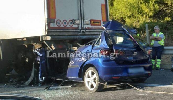 """Τροχαίο στα Οινόφυτα: Αυτοκίνητο """"καρφώθηκε"""" σε νταλίκα - Νεκρός ο 42χρονος οδηγός"""