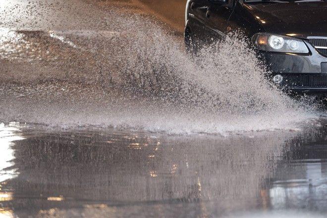 Πλημμυρισμένος δρόμος στην Αθήνα από την έντονη βροχόπτωση