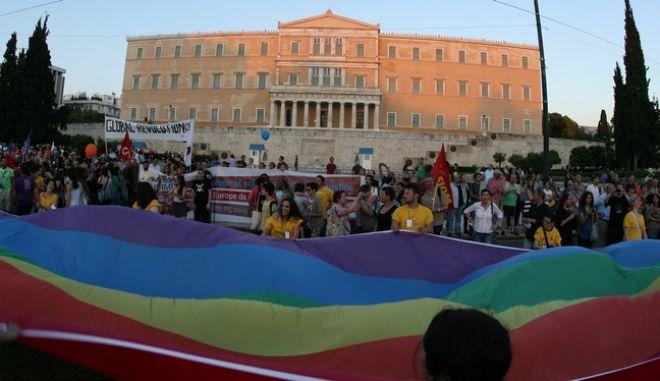 Στιγμιότυπο από το 9ο Athens Pride στο Σύνταγμα, το Σάββατο 8 Ιουνίου 2013. Πρόκειται για μια εκδήλωση για τα δικαιώματα των ΛΟΑΔ (λεσβιακών, ομοφυλόφιλων, αμφισεξουαλικών και διαφυλικών) ατόμων που διοργανώνεται επί δέκα χρόνια στη χώρα μας, αλλά που στα υπόλοιπα κράτη της Ευρώπης και τις ΗΠΑ μετράει δεκαετίες.  Τη στήριξή τους στο 9ο Athens Pride εξέφρασαν με ανακοινώσεις τους ο ΣΥΡΙΖΑ, το ΠΑΣΟΚ, η ΔΗΜΑΡ και η Δράση. Το Athens Pride 2013 έχει καταρτίσει έναν μακρύ κατάλογο με αιτήματα για τη νομική κατοχύρωση βασικών δικαιωμάτων όσον αφορά στον σεξουαλικό προσανατολισμό και την ταυτότητα φύλου -κάτι που οφείλει να παρέχει σε όλα τα μέλη της κάθε δημοκρατική κοινωνία. (EUROKINISSI/ΤΑΤΙΑΝΑ ΜΠΟΛΑΡΗ)